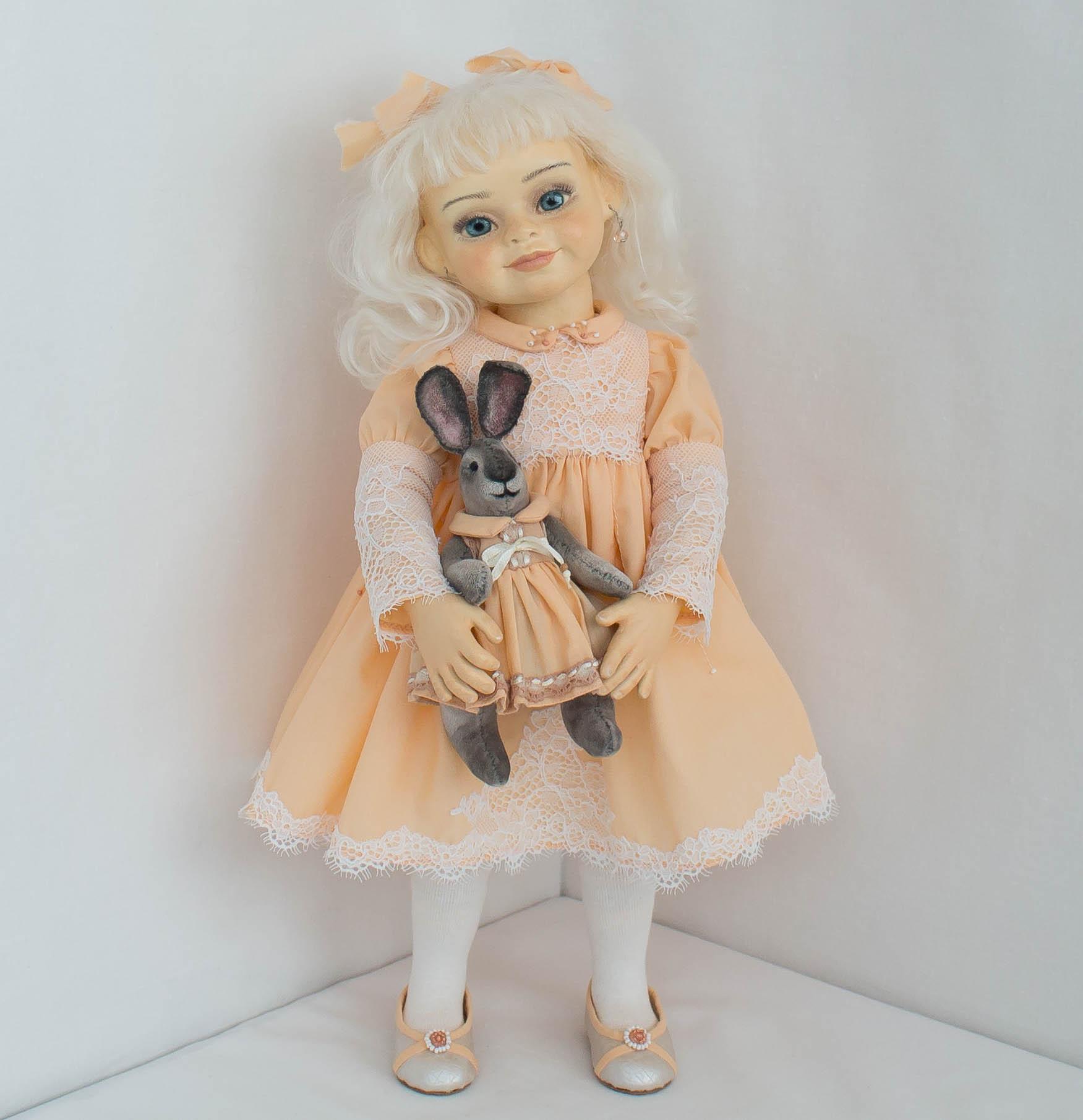 Альбина. Девочка и кролик.