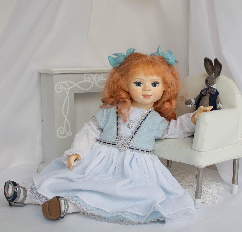 Алиса. Девочка и кролик.