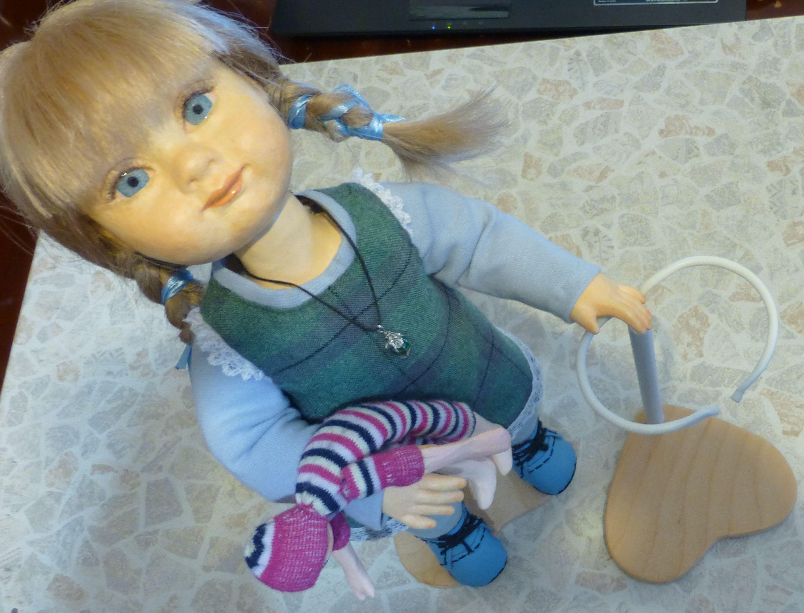 Подставка-держатель для куклы своими руками
